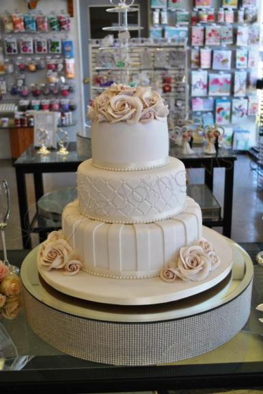 how big should a wedding cake stand be wedding large mirror cake stand with pearls hire 15359